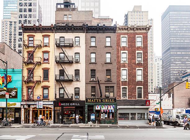 edificio de ladrillo típicas casas de cinco pisos - fachada arquitectónica fotografías e imágenes de stock