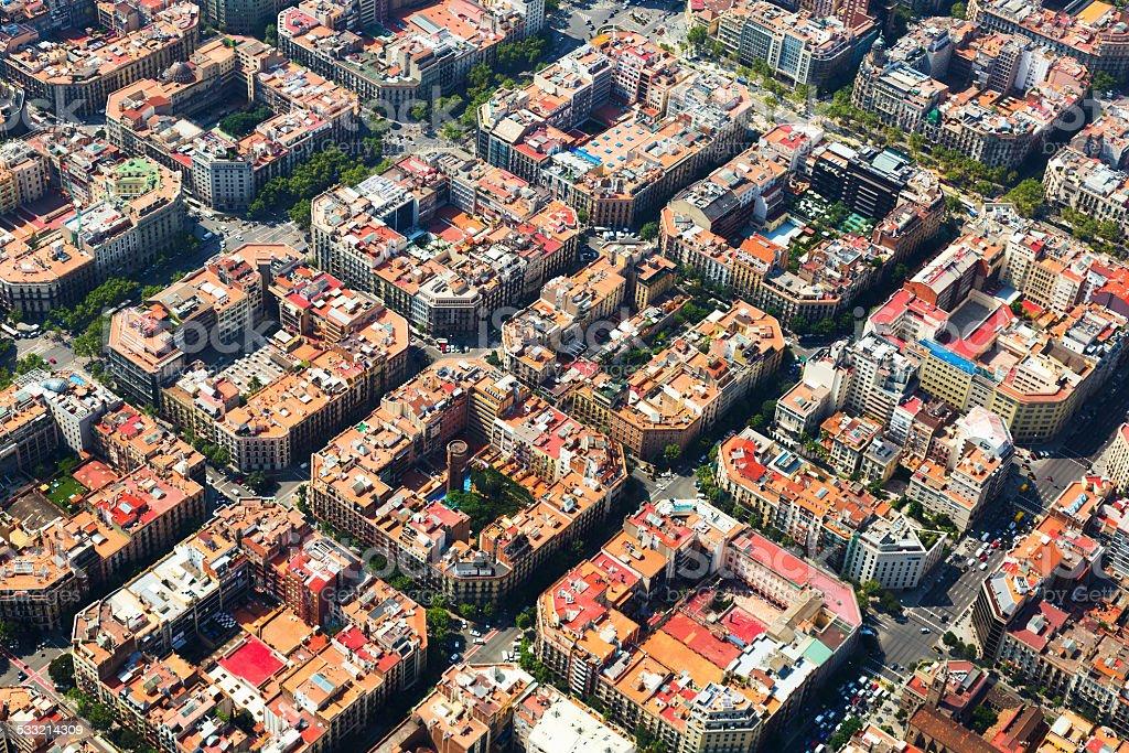 Típico paisaje de la ciudad edificios de la ciudad de Barcelona en helicóptero. Cata - foto de stock
