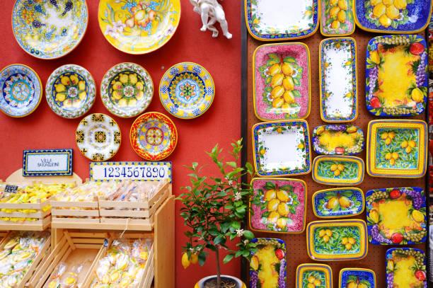 Typische Keramik verkauft in der schönen Stadt Positano – Foto