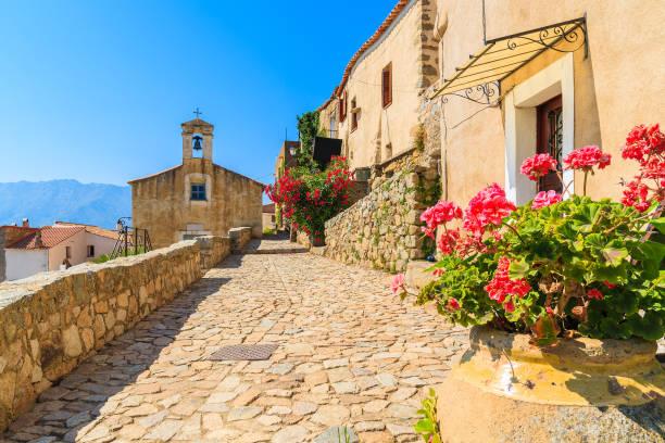 une église typique dans le petit village de corse de sant' antonino, corse, france - randonnée corse photos et images de collection
