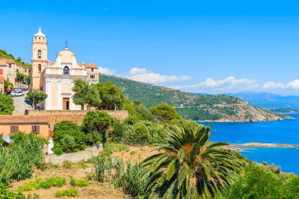 église typique sur l'île de la côte de la corse dans le village de cargese, france - randonnée corse photos et images de collection