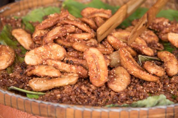 typische kubanische speise - gebraten in scheiben geschnittene banane - bananenlikör stock-fotos und bilder