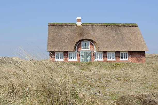typisch dänische privater house - strohdach stock-fotos und bilder