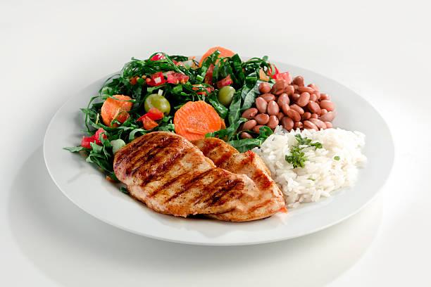 los platos típicos de brasil, arroz y algarrobas - arroz comida básica fotografías e imágenes de stock