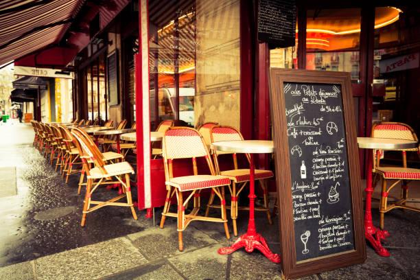 Típica francesa Cafè em Paris - foto de acervo