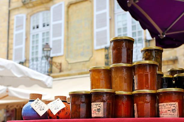 typisch französische marmelade und honig auf den verkauf auf einem markt - pflaumen wände stock-fotos und bilder