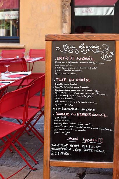 typisch französisches restaurant-szene - mittagspause schild stock-fotos und bilder
