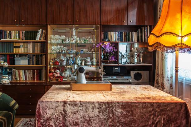 typische einrichtung eines wohnzimmers in einer wohnung eines städtischen mehrfamilienhauses aus der zeit der ehemaligen sowjetunion - nähmaschinenschrank stock-fotos und bilder