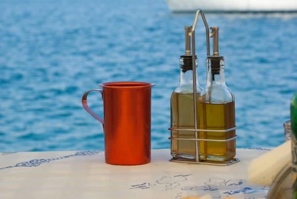 Typisch Griechenland: Olivenöl und Wein – Foto