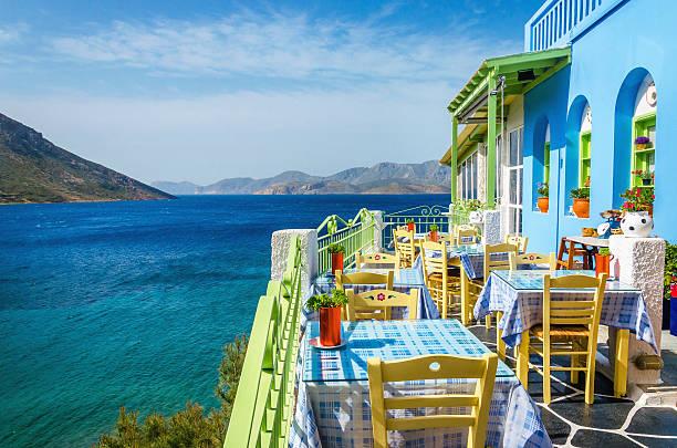 un restaurant grec typique sur le balcon, grèce - grece photos et images de collection