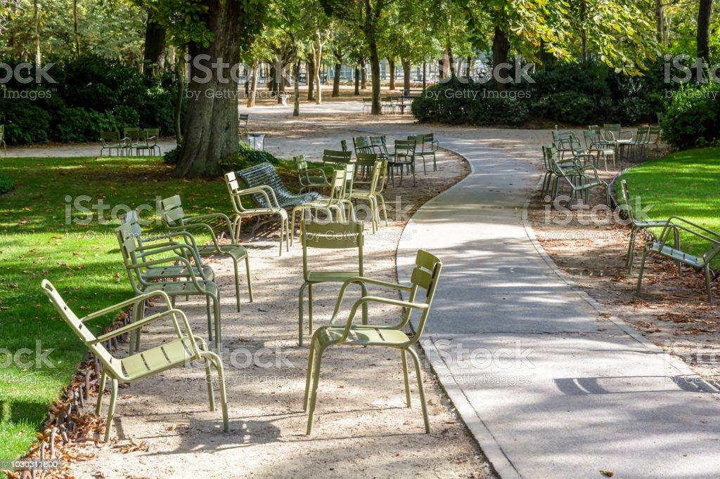 Grüne Typische Metall Gartenmöbel Verstreut Neben Eine Gasse Von Der Jardin  Du Luxembourg In Paris Frankreich Von Einem Sonnigen Sommermorgen ...