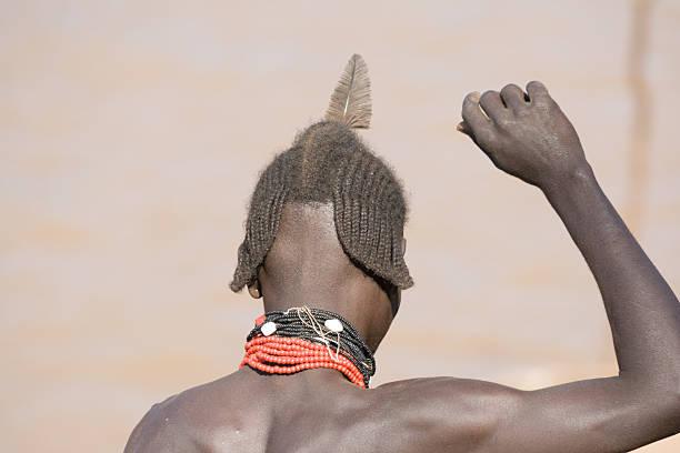 type de cheveux de l'homme de groupe ethnique de concert hamer, éthiopie-banna - coiffure africaine photos et images de collection