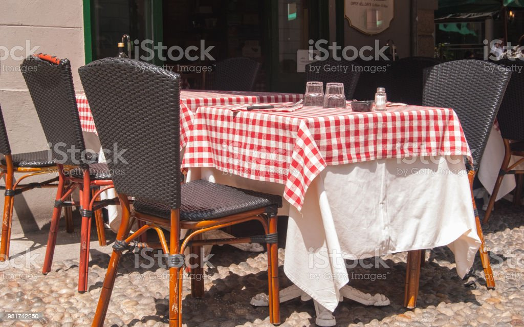 Typical Italian set table outside a restaurant - foto stock