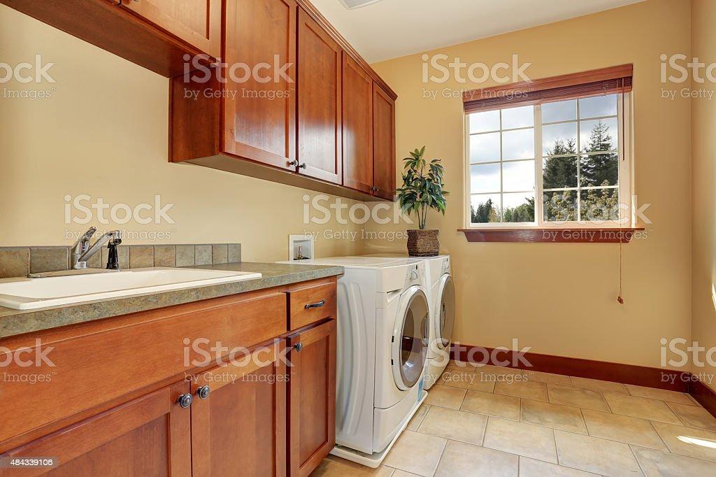 Tipica lavanderia camera con pavimento in piastrelle fotografie