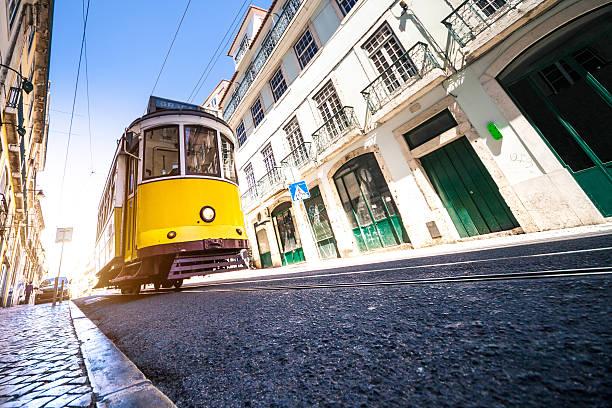 rua típica de lisboa com uma eléctrico amarelo - eletrico lisboa imagens e fotografias de stock