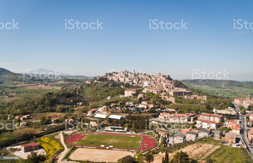 typical medieval village in Tuscany between Arezzo and Siena - foto de acervo