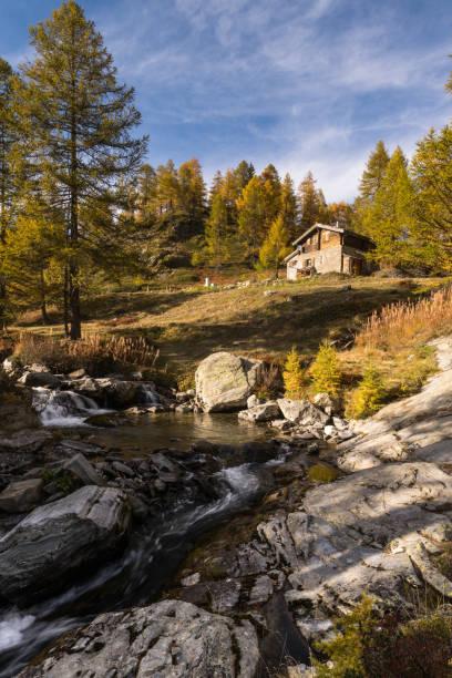 typische Berghütte auf dem Fluss in den Alpen auf dem Simplonpass – Foto