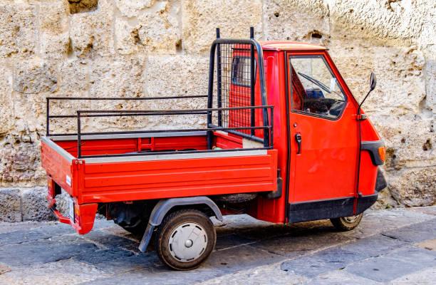 typical piaggio ape transporter in italy - foto stock
