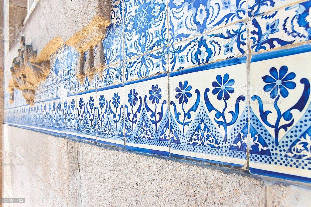 Típica Português decorações com coloridos azulejos de cerâmica - fotografia de stock