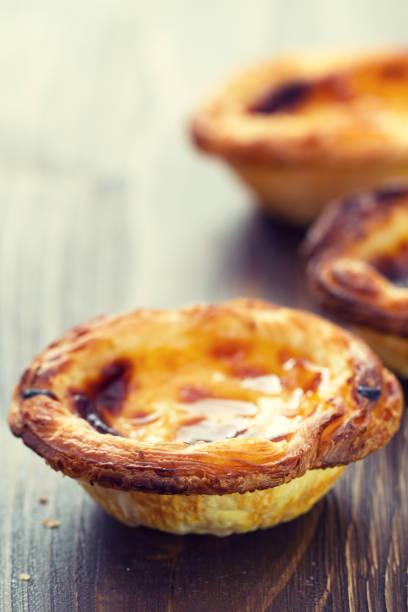 typische portugiesische süßspeise pasteis de nata - portugiesische desserts stock-fotos und bilder