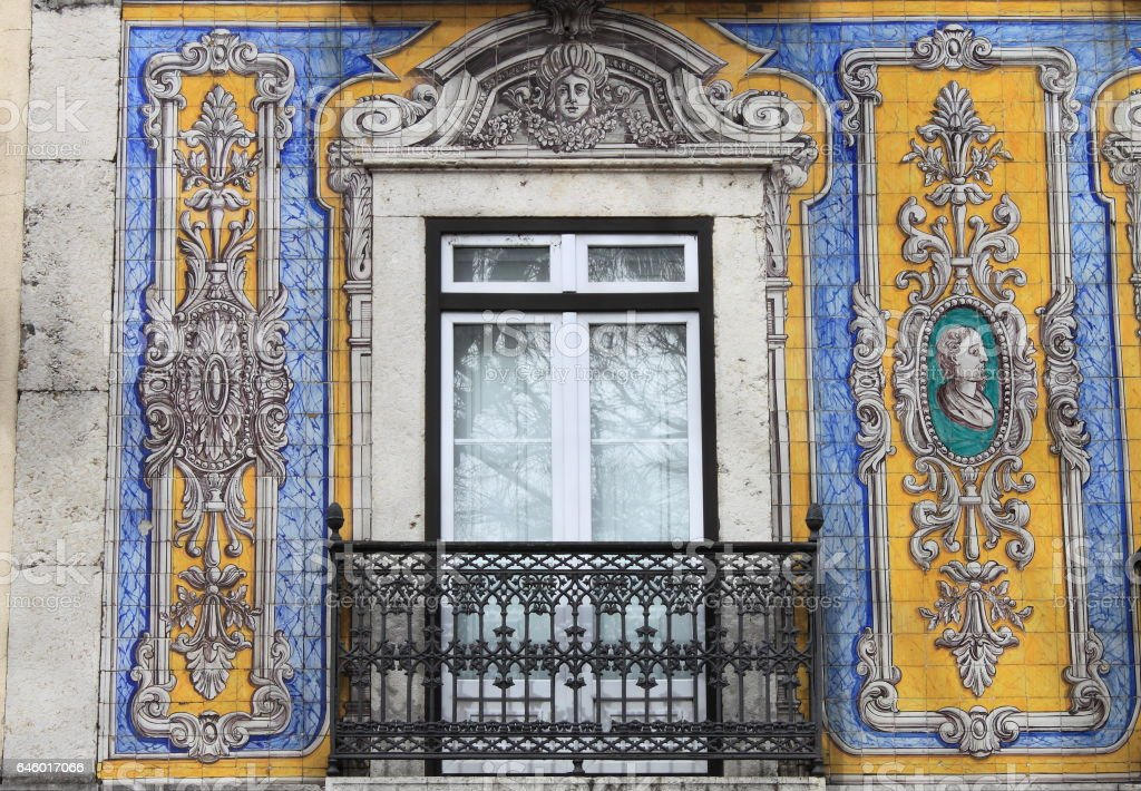 Typical portuguese window - foto de acervo