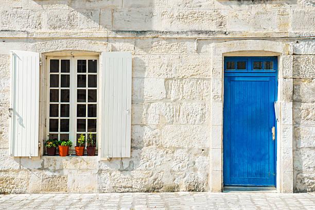 typisch provenzalischen haus mit weißen wänden und blue door - französische häuser stock-fotos und bilder