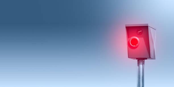 eine typische blitzer, radarfalle, blitzer vor blauem hintergrund - banner - geschwindigkeitskontrolle stock-fotos und bilder