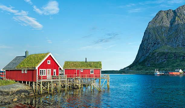 rorbuer vermelho típico em Reine na Ilhas Lofoten, Noruega - foto de acervo