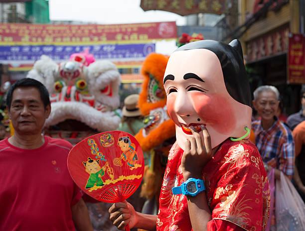 scène typique des célébrations du nouvel an chinois à bangkok, thaïlande. - année du mouton photos et images de collection