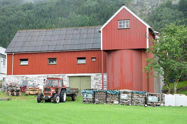 Typical Small Norweigian farm at foot of hills – Foto