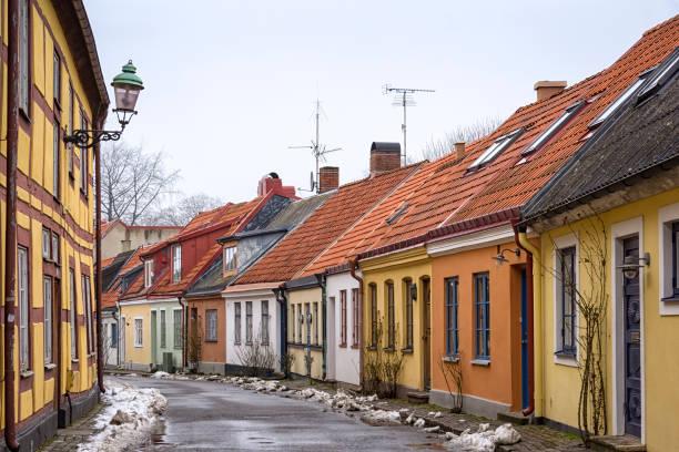 en typisk liten gata i den svenska staden ystad, i regionen i skåne (skåne). - skåne bildbanksfoton och bilder