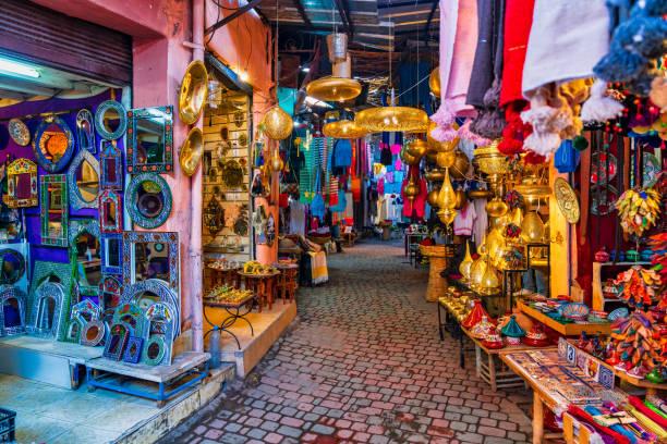 tipico mercato del souk nella medina di marrakech, marocco - bazar mercato foto e immagini stock