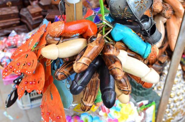 typische souvenirs und kunsthandwerk auf dem berühmten markt ubud bali - tierpenis stock-fotos und bilder
