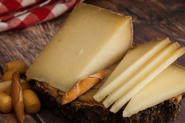 queso típico español y picos de pan - foto de stock
