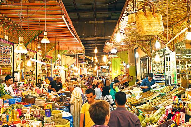 tipico mercato di strada nella vecchia medina di fes, marocco - bazar mercato foto e immagini stock