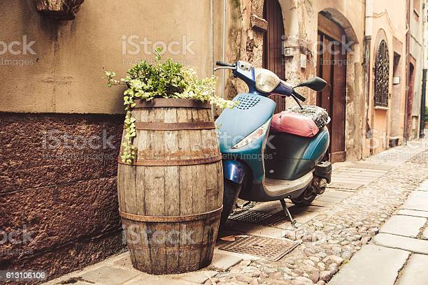 Typical street scene with old scooter in italy picture id613106106?b=1&k=6&m=613106106&s=612x612&h=soxkyxzyzg7jpjmkl7yshdhgntzprlhafltsmqrkvyg=
