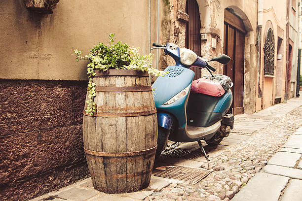 typical street scene with old scooter in Italy – Foto