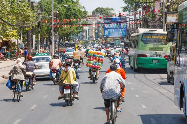 Typischer Straßenverkehr in der Stadt. – Foto