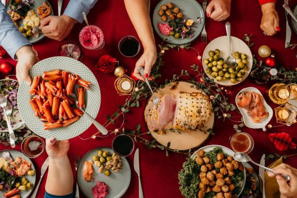 typisch schwedische skandinavische weihnachtsessen smörg'sbord - esszimmer buffet stock-fotos und bilder