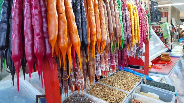 Typische Süßigkeiten Georgiens an einem Marktplatz – Foto