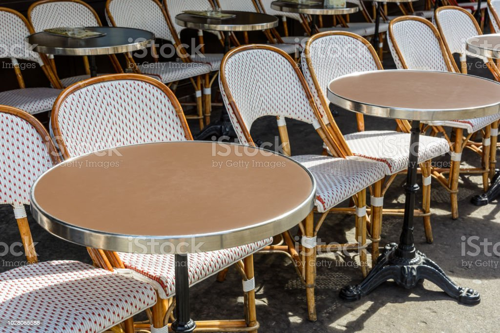 Una Terraza Típica Fuera De Una Brasserie Parisina Con
