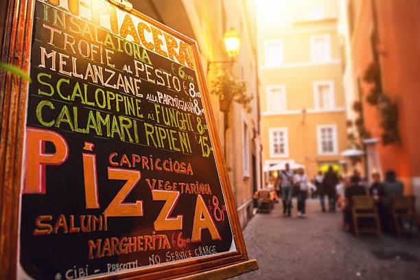 typische touristen speisekarte des restaurants in der straße von rom - italienische speisekarte stock-fotos und bilder