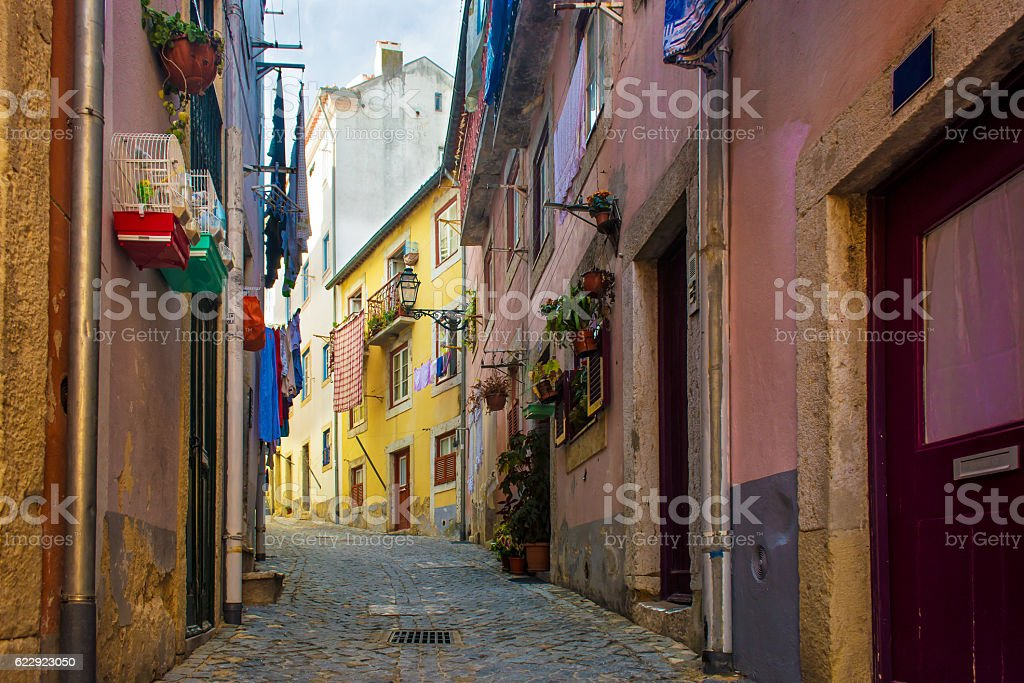 Typical traditional portuguese street in Lisbon, Portugal - fotografia de stock