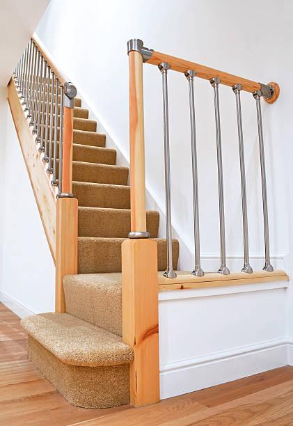 typisch britischen british treppe mit geländer aus chrom - teppich englisch stock-fotos und bilder