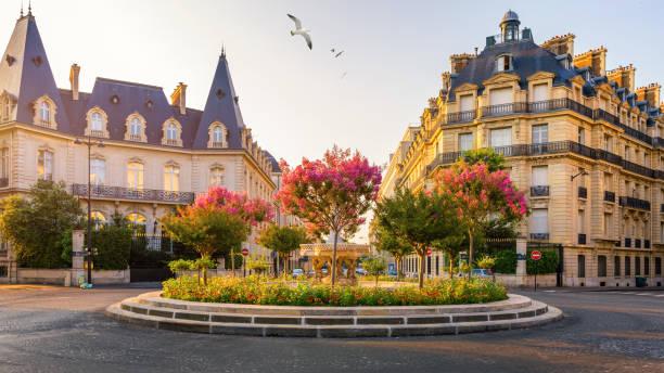 Typischer Blick auf die Pariser Straße in Paris, Frankreich. Architektur und Wahrzeichen von Paris. Schöne Aussicht auf die Straße mit Blumen und Architektur in Paris, Frankreich. – Foto