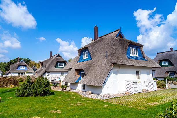 typisches dorf haus mit reed dach in usedom - usedom stock-fotos und bilder