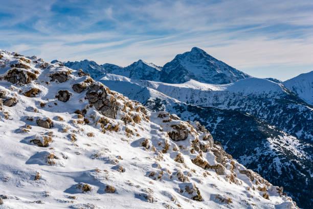 Typische Winterberglandschaft. Nordwand des herausragenden Gipfels der Slowakischen Tatra - Krivan (Krywan). – Foto