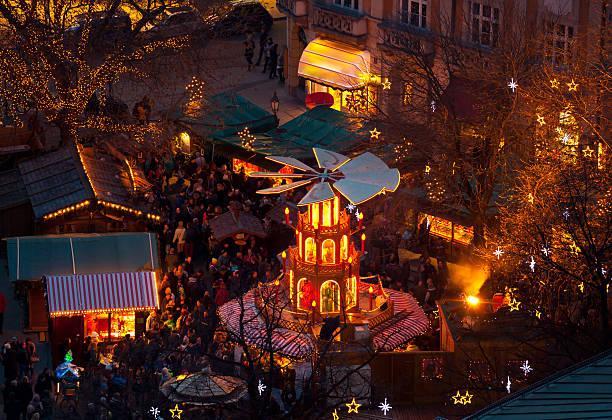 typische wooden christmas karussell, münchen - weihnachtsfeier münchen stock-fotos und bilder