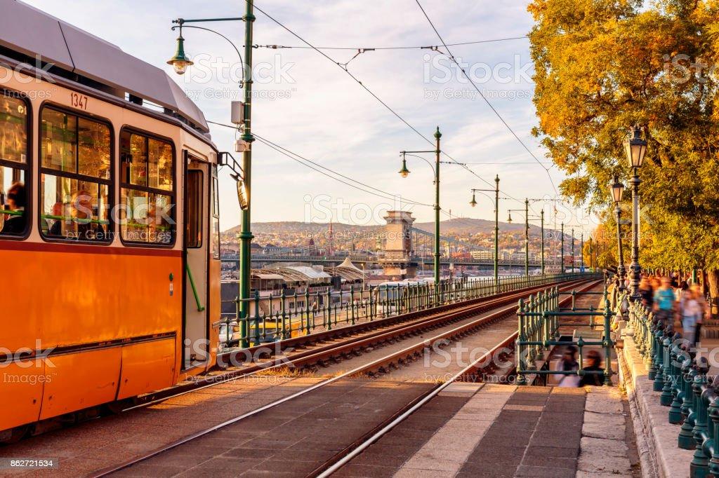 Typische gelbe Straßenbahn am Flussufer in Budapest Danube – Foto