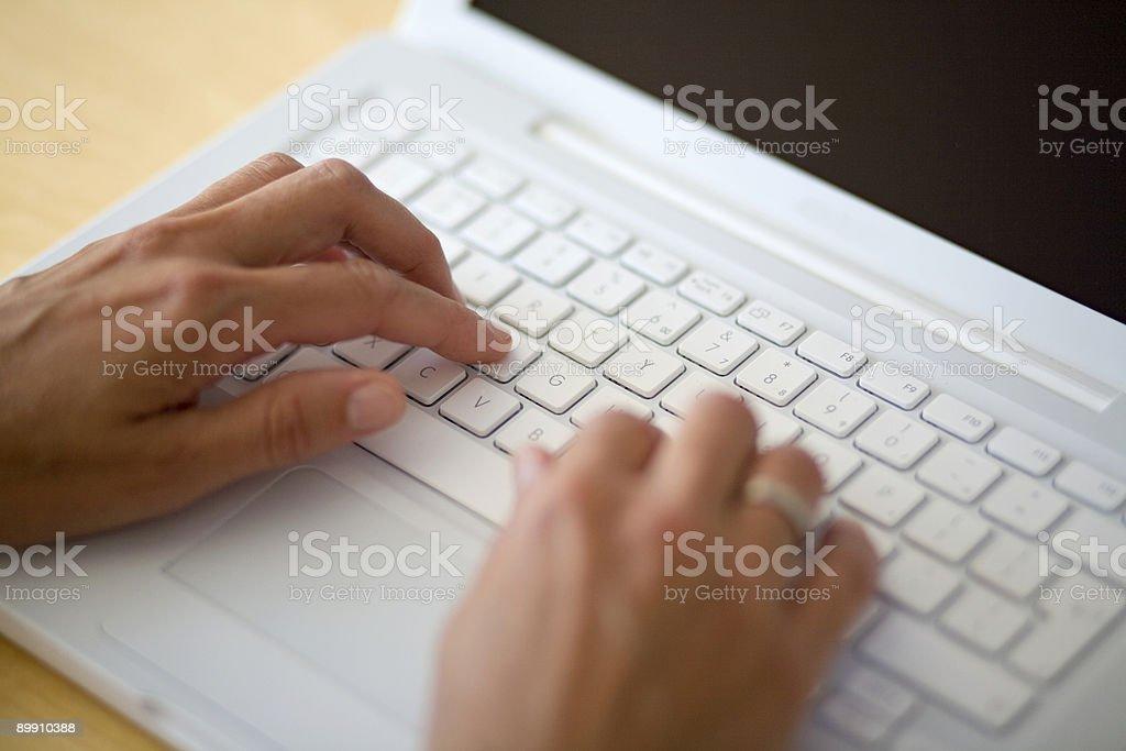 Tippen auf einer Tastatur notbook Lizenzfreies stock-foto